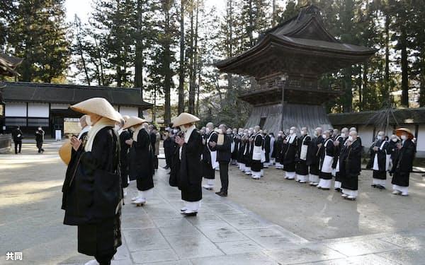 金剛峯寺の前庭で行われた「報恩托鉢寒行」の出発式=26日午前、和歌山県高野町