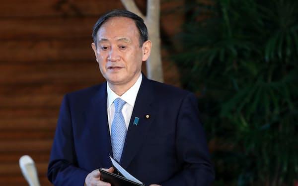 山田内閣広報官の辞任を受け、報道陣のインタビューに臨む菅首相(1日、首相官邸)