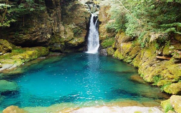 「仁淀ブルー」の代名詞といわれる「にこ淵」は高知市から車で1時間ほどの距離にある(高知県いの町)
