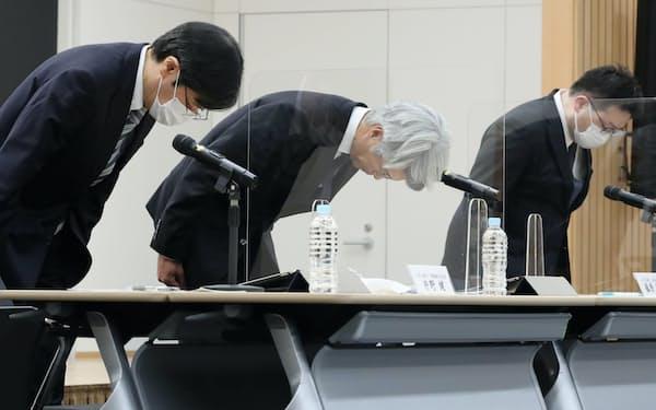 記者会見で頭を下げる、みずほ銀行の藤原頭取(中)ら(1日、東京・大手町)