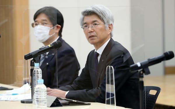 ATMの障害について記者会見する、みずほ銀行の藤原頭取(右)(1日、東京・大手町)