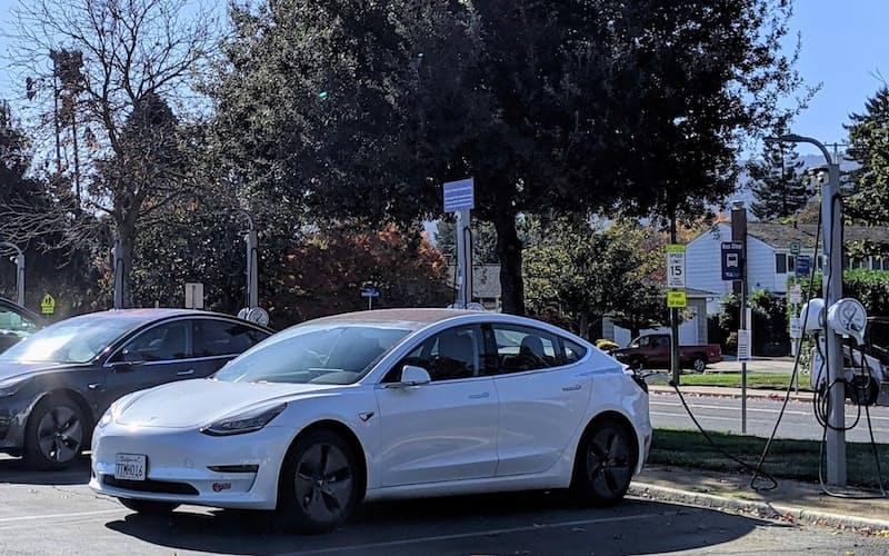 米カリフォルニア州ペタルマ市は給油所の新設を禁じる一方、充電ステーションの設置を促す(同州の充電ステーション)