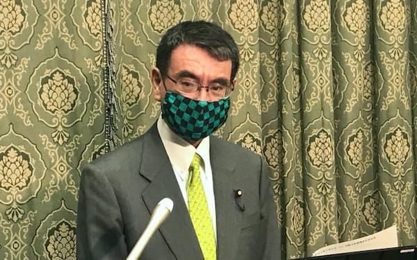 記者会見に臨む河野規制改革相(2日午前、国会内)