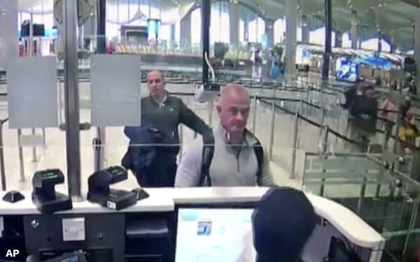 2019年12月、トルコのイスタンブール空港で防犯カメラに映ったマイケル・テイラー容疑者(中央)=AP