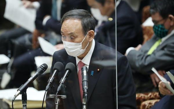 衆院予算委で答弁する菅首相(2日)