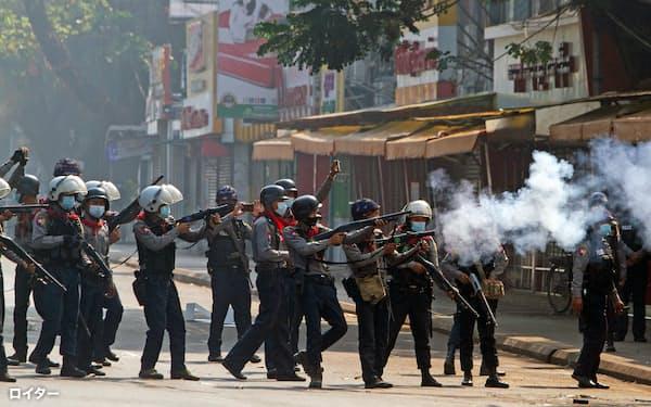 ミャンマーの治安当局は武力行使により抗議デモを抑え込もうとしている(2月28日、ヤンゴン)=ロイター