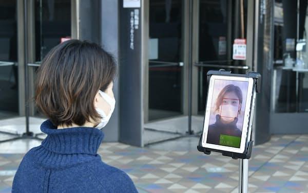 入り口に設置した端末のカメラで登録した顔と照合する