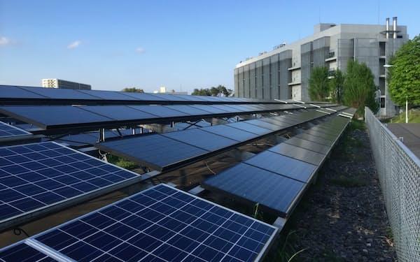 研究では様々なメーカーの太陽電池を扱う(茨城県つくば市)