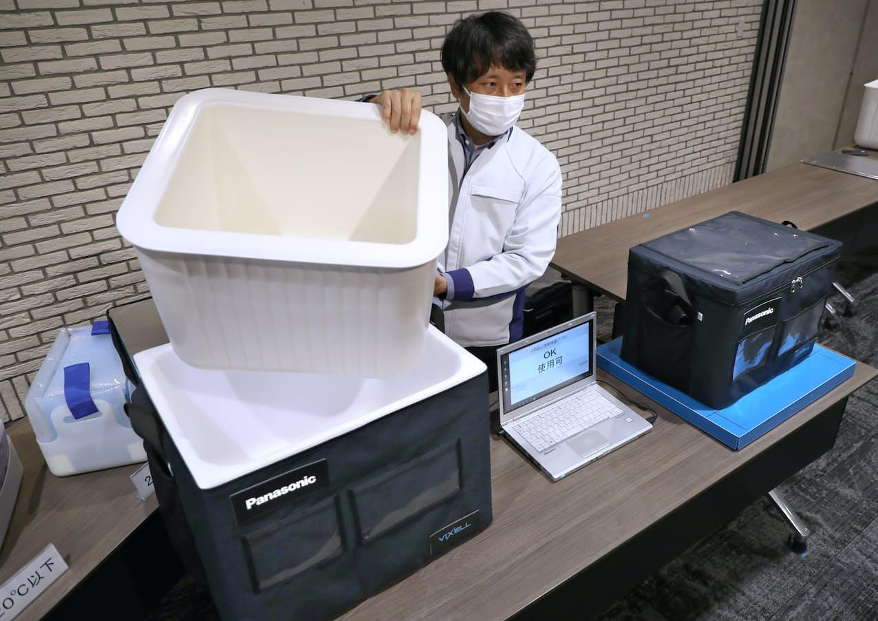 パナソニックが発表した新型コロナウイルスのワクチン輸送・保管に対応した保冷容器(2日、滋賀県草津市)