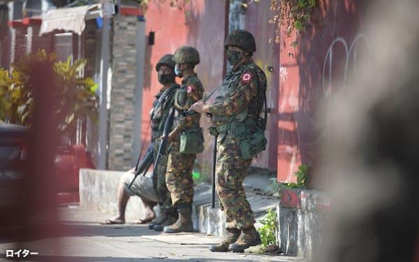 ミャンマー国軍はクーデター後、NLD党本部を強制捜査するなどし弱体化を図る(2月、ヤンゴン)=ロイター