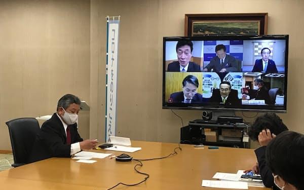 全国知事会の飯泉会長らは、西村経財相とオンラインで会談した(東京都千代田区の都道府県会館)