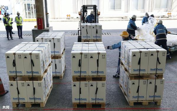 ベルギーから到着した新型コロナウイルスワクチンの入った箱(1日午前、成田空港)=共同