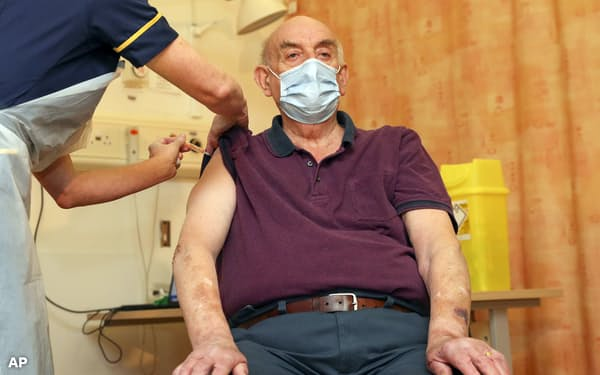 英国ではこれまでに2000万人以上の高齢者や医療従事者らがワクチンの接種を受けた(1月、オックスフォード)=AP