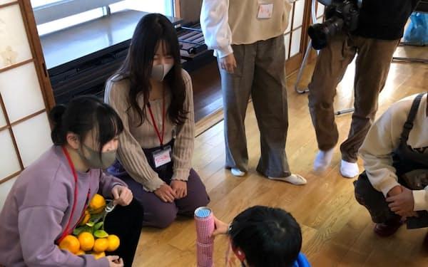 和歌山信愛大学の学生は、新型コロナ対策でマスクをしながら地元とのイベントに参加した(2020年12月、和歌山市)