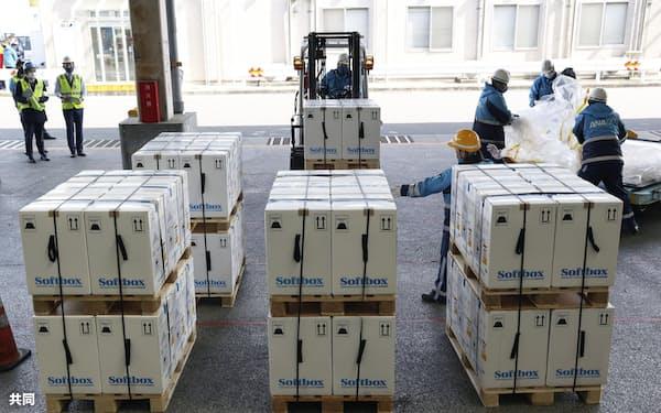 ベルギーから到着した新型コロナウイルスワクチンの入った箱=1日午前、成田空港