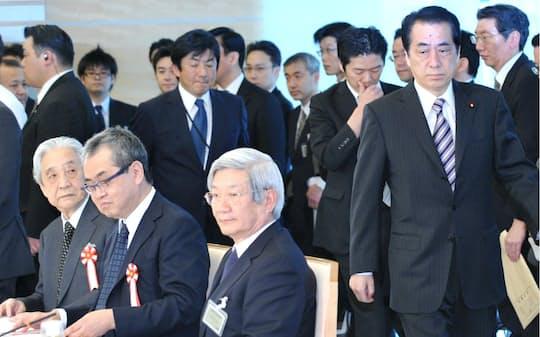 東日本大震災復興構想会議に臨む菅首相。中央は五百旗頭真・議長=2011年4月14日午後、首相官邸。