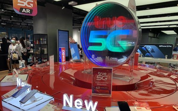 トゥルーは20年3月に5Gの商用サービスを始めた(トゥルーのスマホ販売店、3日、バンコク)