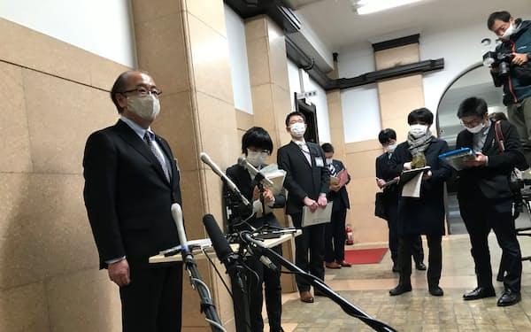 日医工への業務停止命令について報道陣の取材に答える富山県の新田八朗知事(左)