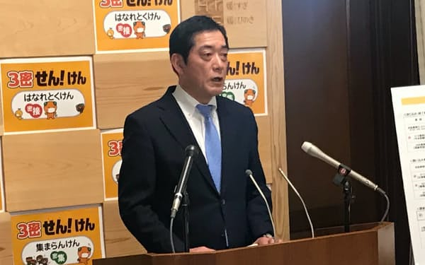記者会見する中村知事(3日、愛媛県庁)
