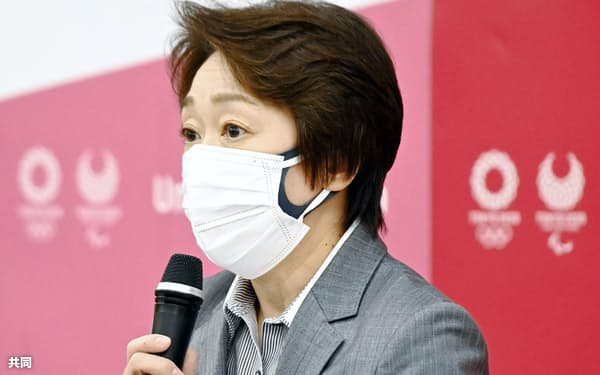 東京五輪・パラリンピック組織委の理事会であいさつする橋本会長(2日午後、東京都中央区)=代表撮影