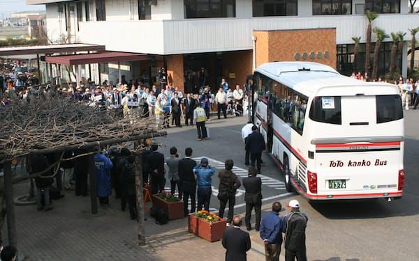 旧騎西高校にバスで到着する福島県双葉町民(2011年3月30日、埼玉県加須市)