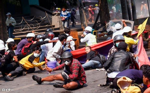 クーデターへの抗議運動のデモ隊に治安部隊が発砲した後、地面に横たわるデモ参加者。3日の死者数は38人にのぼり最悪となった(3日、ミャンマー・マンダレー)=ロイター