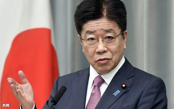 記者会見する加藤官房長官(4日午前、首相官邸)=共同