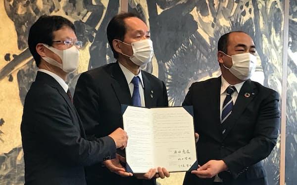 災害時の電気通信設備復旧などに関する協定を締結した(4日、高松市)
