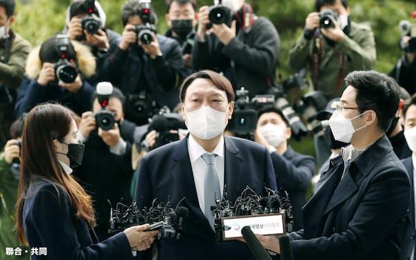 4日、記者団に辞意を表明する韓国の尹錫悦検察総長(中央)(聯合=共同)