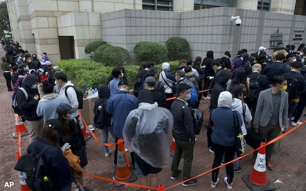 4日、裁判所には多くの民主派支持者が集まった=AP