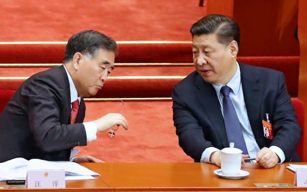 汪洋(ワン・ヤン)政協主席㊧と言葉を交わす習近平国家主席(北京の人民大会堂)
