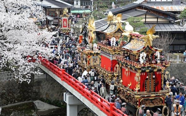 春の高山祭で市内を進む屋台(2018年4月、岐阜県高山市)