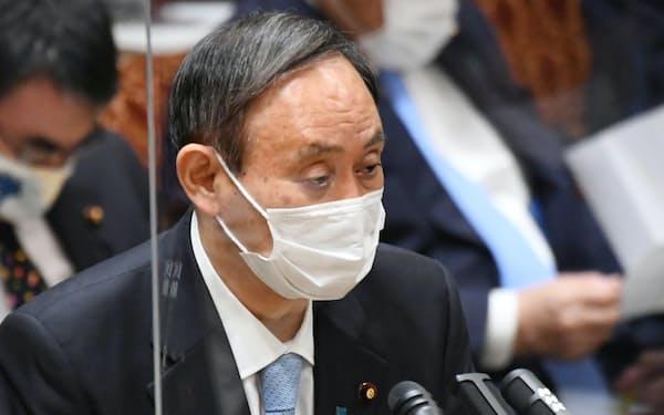 参院予算委で答弁する菅首相(4日午前)