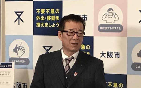 市議会後に記者団の取材に応じる松井市長(4日午後、大阪市役所)