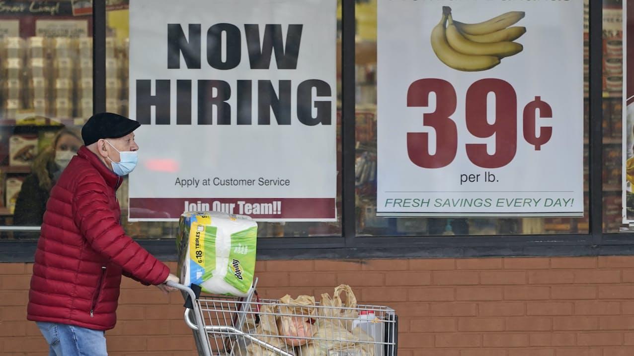求人広告を掲げるスーパーマーケット(米オハイオ州)=AP