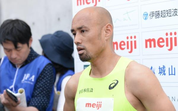 日本パラ陸上競技選手権大会で記者の質問に答える山本篤(2019年6月、大阪市東住吉区)