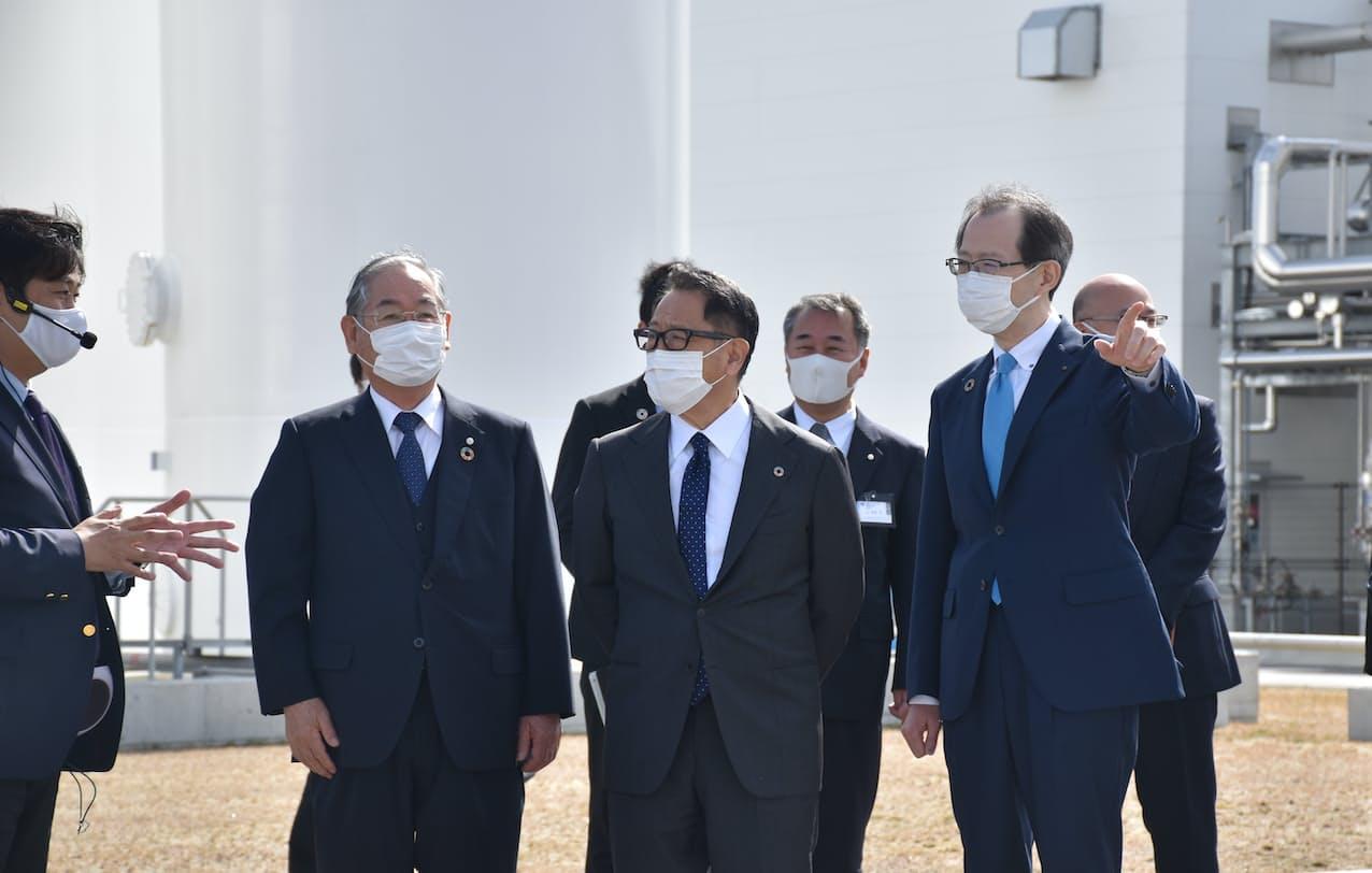 豊田章男社長(中央)は水素研究拠点を視察した(5日、福島県浪江町)