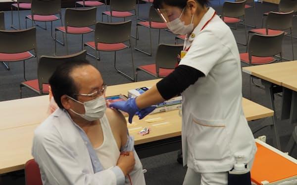 ワクチンを接種される芳賀赤十字病院の本多正徳院長㊧