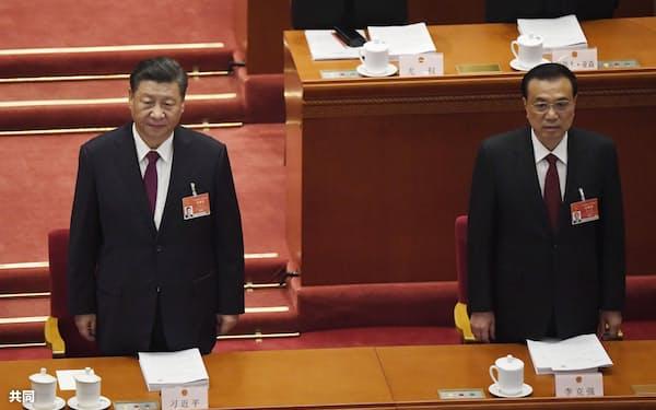 5日、中国全人代の開幕式に臨む習近平国家主席㊧と李克強首相(北京の人民大会堂)=共同