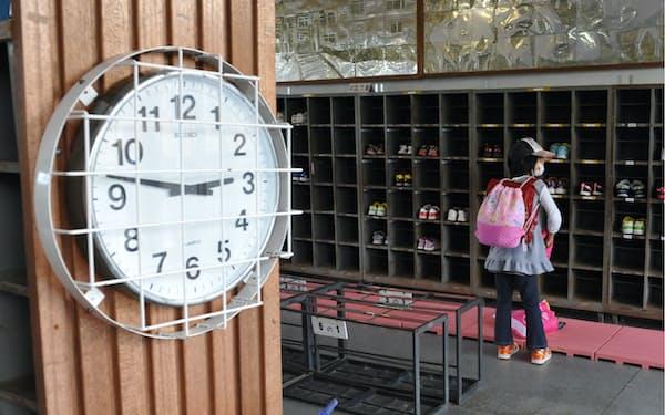 福島第1原発事故による緊急時避難準備区域の解除を受け、登校する児童(2011年10月、福島県南相馬市)