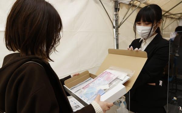 報道公開された新型コロナウイルスのモニタリング検査のデモンストレーション(5日、大阪市淀川区)=代表撮影