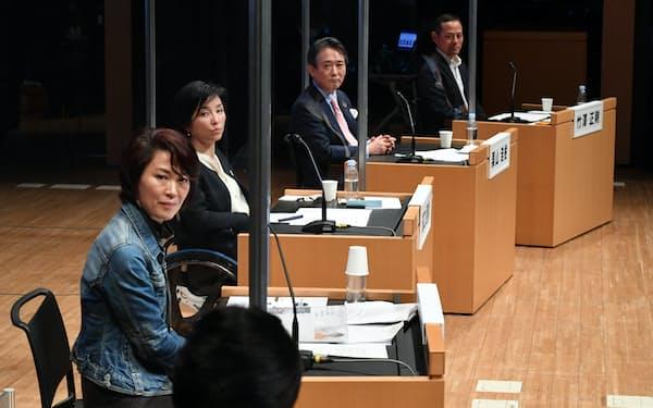 日経2020フォーラムで討論する出席者ら