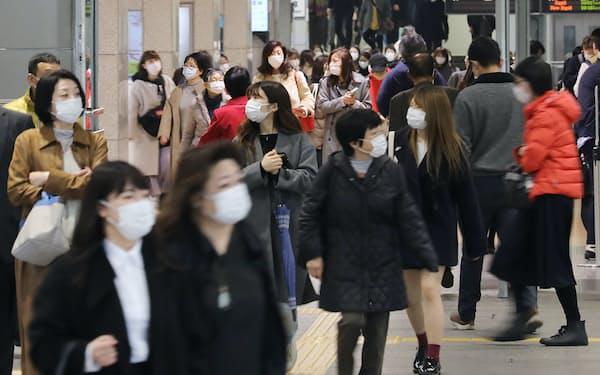 マスク姿で名古屋駅を歩く人たち(5日、名古屋市中村区)