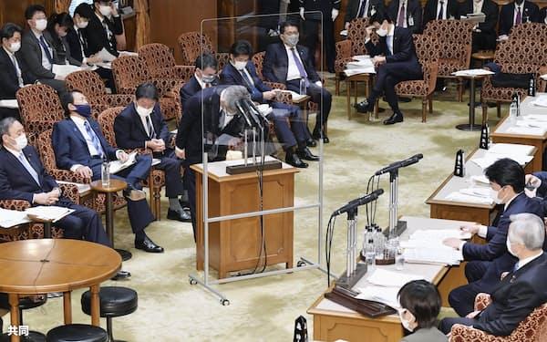 参院予算委の立憲民主党の小西洋之氏(右手前から3人目)の質問に対する答弁の中で、総務省の接待問題について陳謝する武田総務相。左端は菅首相(5日午前)=共同
