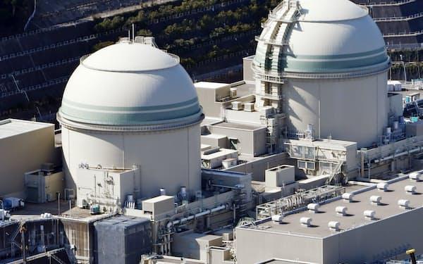 関西電力の高浜原子力発電所の3号機(左)と4号機(福井県高浜町)