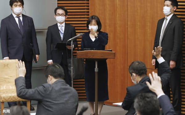 首相記者会見の司会を務める小野日子内閣広報官=5日夜、首相官邸