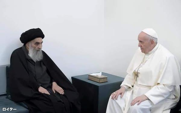 ローマ教皇フランシスコ㊨と会談するイスラム教シーア派最高権威シスタニ師(6日、イラク中部ナジャフ)=ロイター