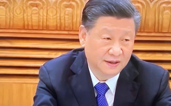 分科会でも習近平国家主席の前だけ茶碗が2つ置かれている(5日の全人代内モンゴル自治区分科会、国営中央テレビの画面から)