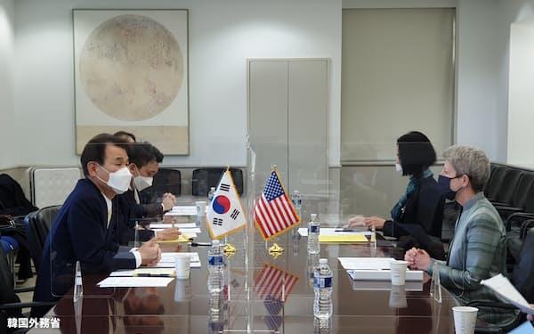 ワシントンで駐留経費交渉に臨む米韓の交渉団=韓国外務省提供