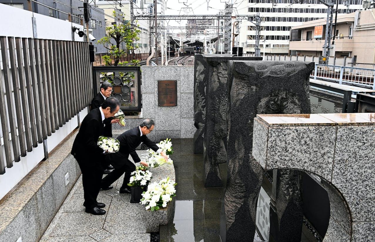 慰霊碑に献花する東京メトロの山村明義社長(手前から2人目)ら(8日午前、東京都目黒区)=代表撮影